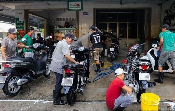 Rửa xe máy chuyên nghiệp với các thiết bị chuyên nghiệp