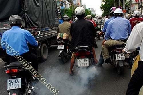 Xe máy ra khói trắng gây ô nhiễm môi trường