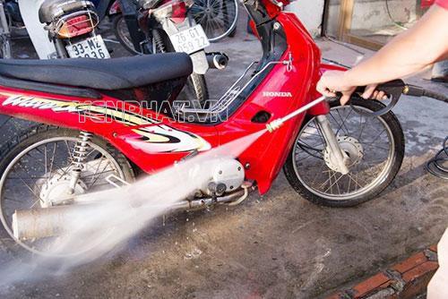 Tuyệt đối không xịt nước trực tiếp vào lỗ thoát khí ống bô hay bugi