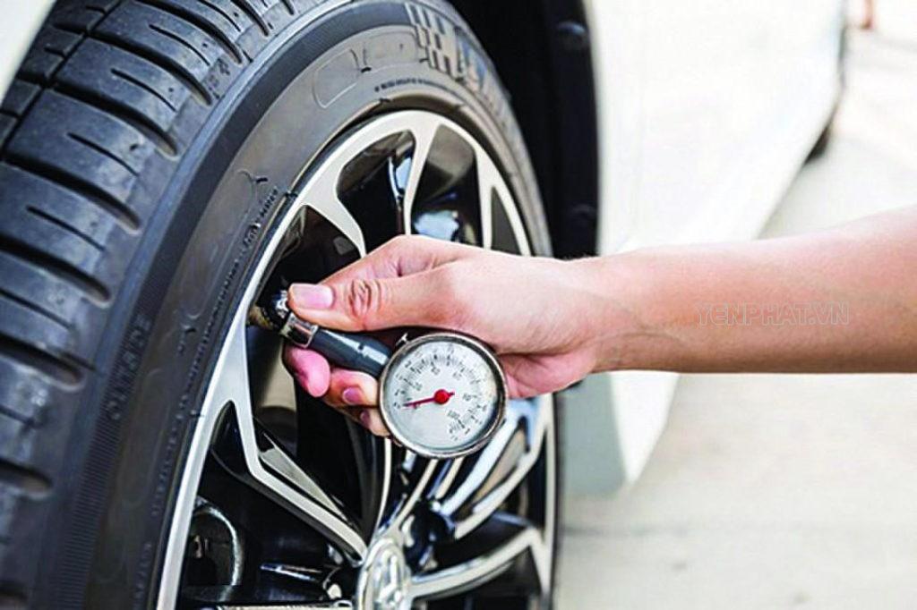 Kiểm tra áp suất lốp thường xuyên khi thời tiết thay đổi