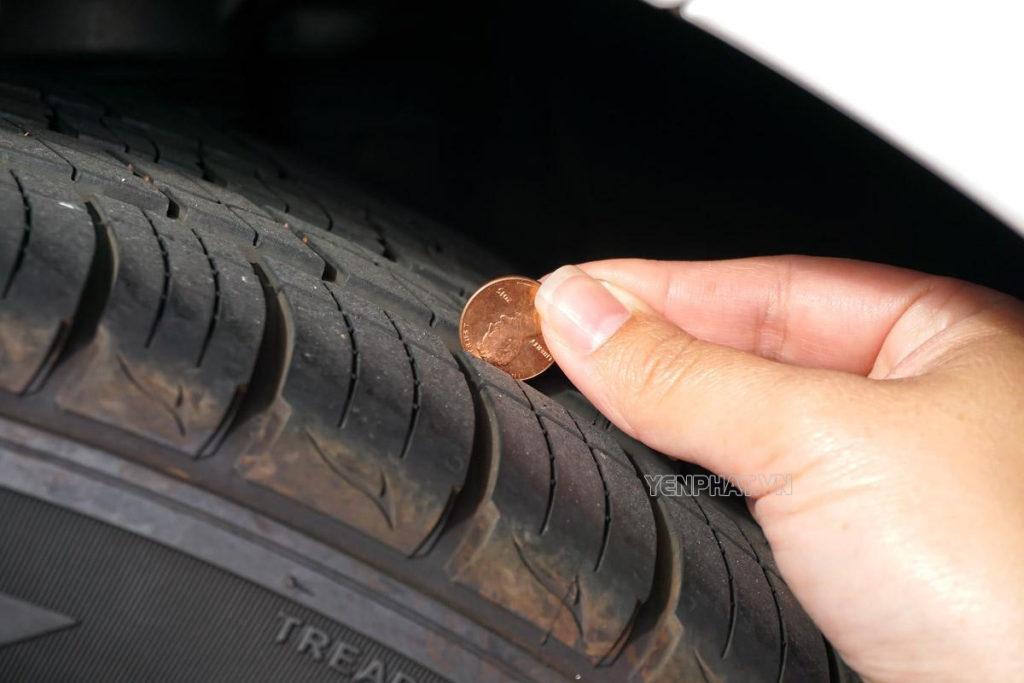 Kiểm tra độ sâu rãnh lốp để biết được lốp đã cần thay mới chưa