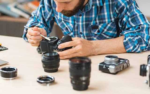 Có lau ống kính máy ảnh bị mốc tại nhà được không